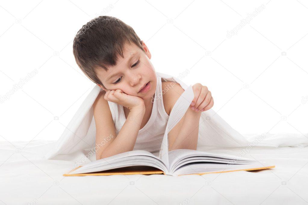 gar on lire un livre dans son lit photographie soleg 25751901. Black Bedroom Furniture Sets. Home Design Ideas
