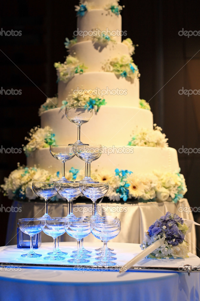 champagne glasses and wedding cake — Stock Photo © blanscape #39104605