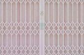 Fotografie růžová kovová mříž posuvné dveře s pad zámek a hliníkových handl