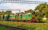 Fotografie zwei Rangierer mit Güterzug auf einem Bahnhof