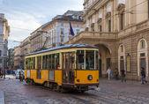Fotografia vecchio tram passando al Teatro alla scala di Milano