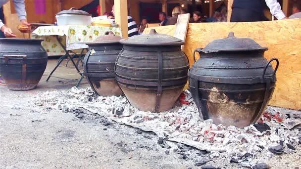 vaření v keramické hrnce