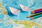 Papír hajó a földrajz térképen