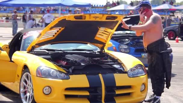 oranžové auto