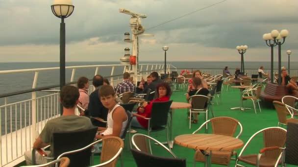 Touristen auf Kreuzfahrtschiff