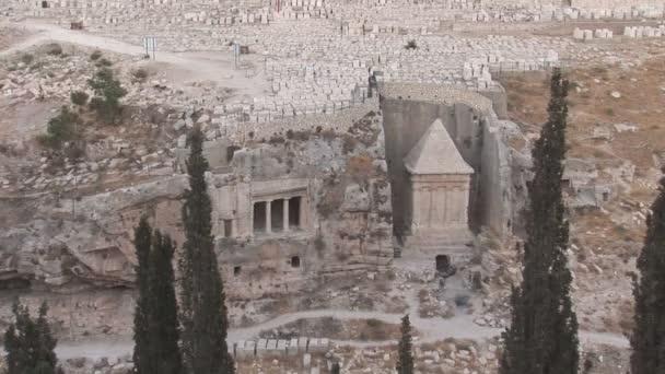 Schriftrollen auf dem Friedhof von Jerusalem