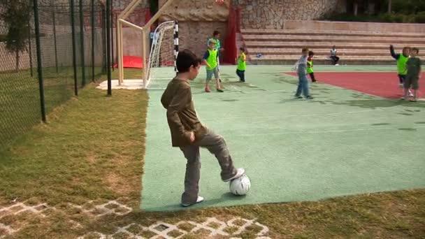 chlapci hrají fotbal