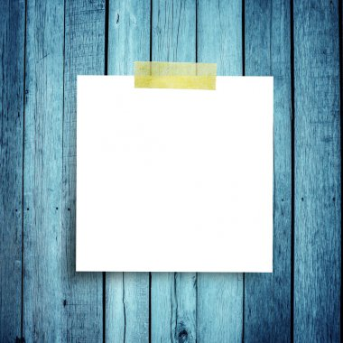 Blank paper note o on grunge wooden background with copy space