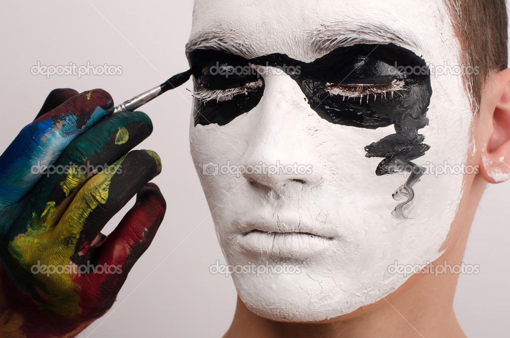 Hermoso Joven Pintada En La Cara Preparandose Para Halloween - Cara-pintada-para-halloween