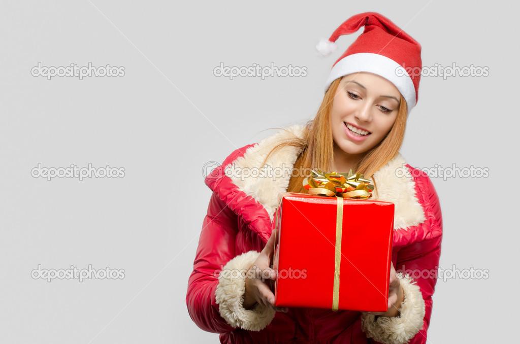 schöne rote Haare Frau hält ein großes Weihnachtsgeschenk. Mädchen ...