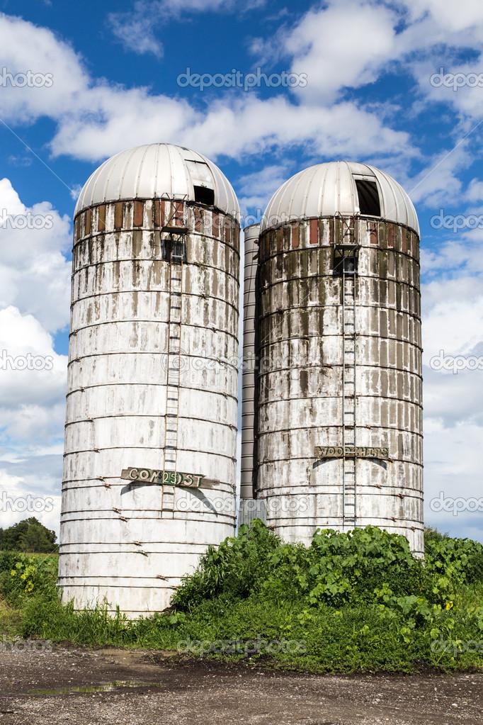 vecchi silos di fattoria foto stock dogfordstudios