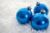 modrý vánoční ozdoby na sněhu