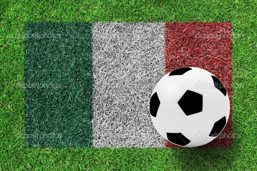 Bayrağı Boyama Yeşil çim Backgrou Olarak Italya Futbol Topu Stok