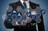 obchodní muž pracuje s moderní počítačové rozhraní jako informati