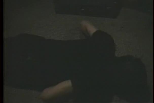 hombre haciendo flexiones en cuarto oscuro — Vídeo de stock ...