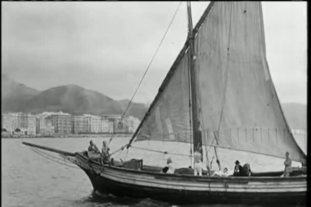 široký záběr loď plující na vodě