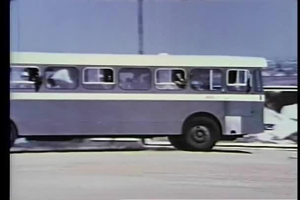 široký záběr přeplněný autobus jízdy po polní cestě v Jižní Africe