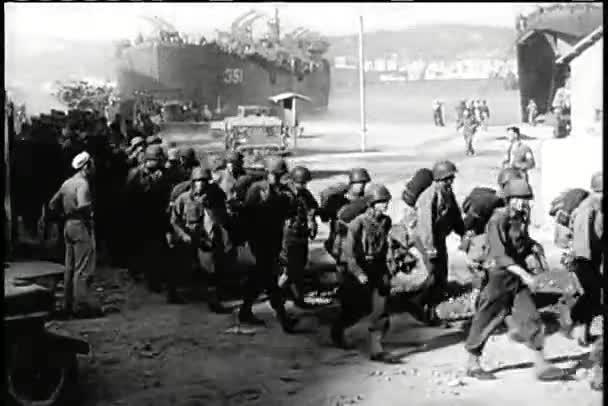 široký záběr vojáků do války roztrhané městě