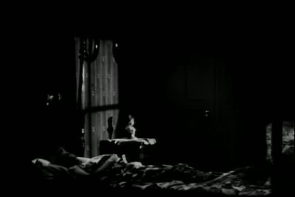 muž přelstil spící ženu
