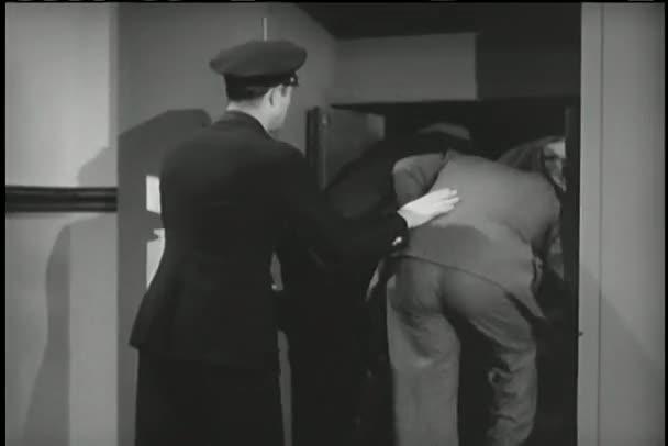 policista načítání vězňů do Antonu