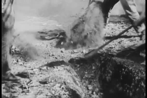 Arbeiter graben einen Bewässerungskanal
