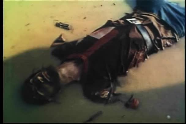 mrtvá těla středověké vojáků ve vodě po bitvě