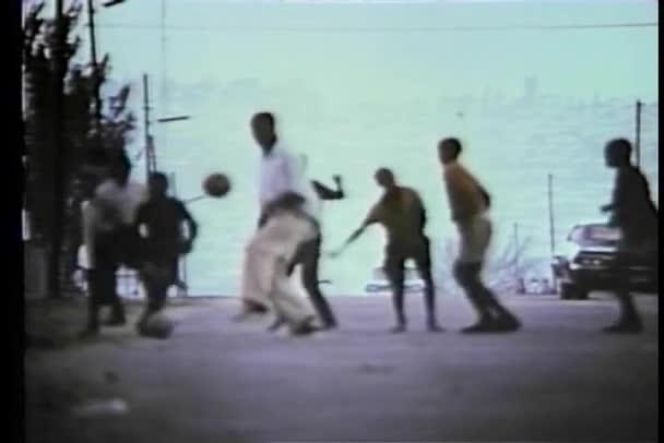 jihoafrický děti hrát míč v ulici
