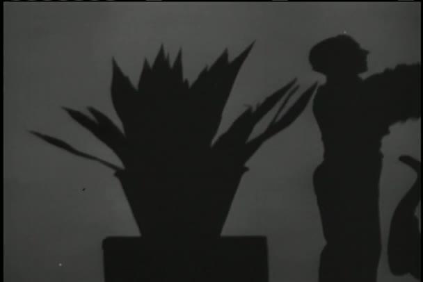 posun stínu hudebníků a žena kouření cigaret
