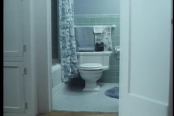 Nézd fürdőszoba ajtón