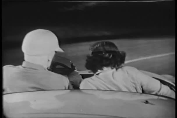 vista posteriore di due guidando in auto sportiva