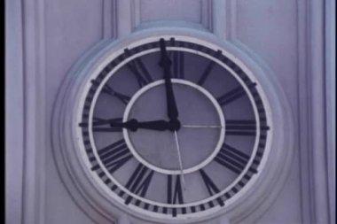 165d7f028d9 Close-up do ponteiro dos minutos no relógio de parede em movimento de 09