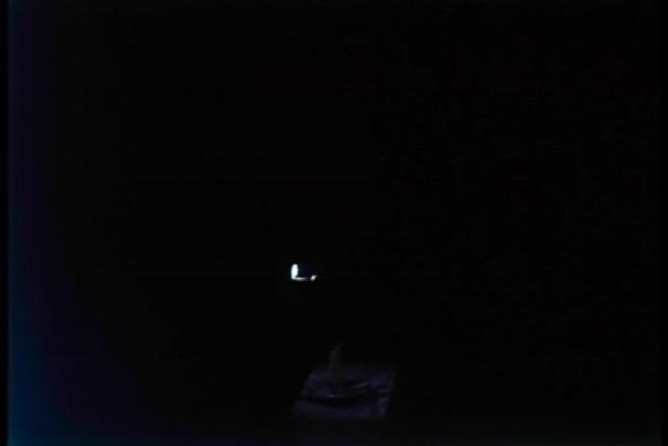 vela de la iluminación de persona en cuarto oscuro — Vídeos de Stock ...