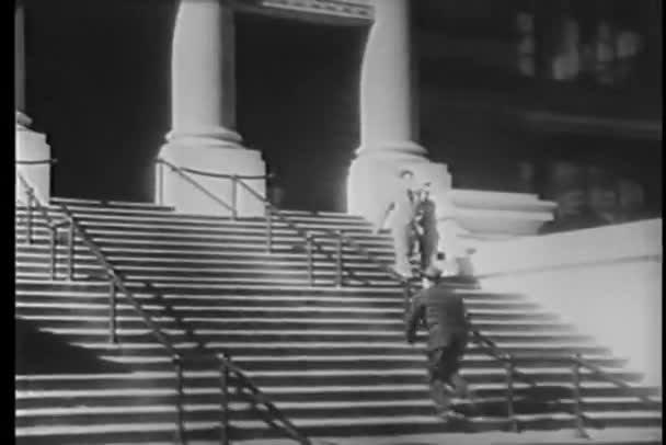 široký záběr na člověka běží nahoru po schodech do budovy建物に階段を走っている男のワイド ショット