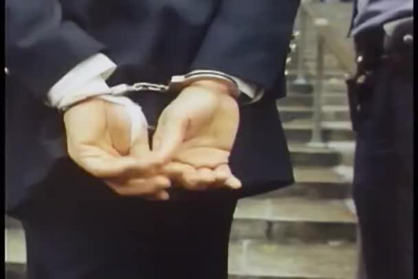 policista doprovod muž v poutech k soudu