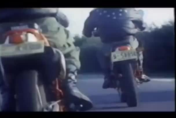 Biciklisták lovaglás motorkerékpárok, ország út hátulnézet