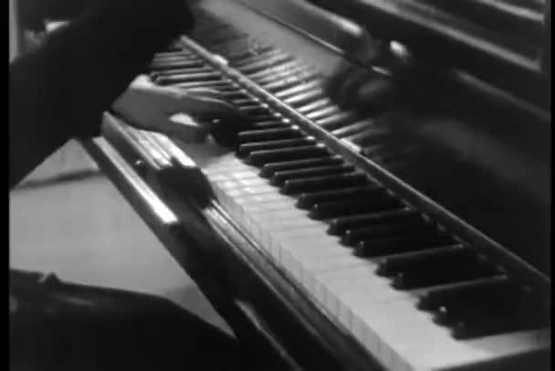 detail pianista hrající klavír