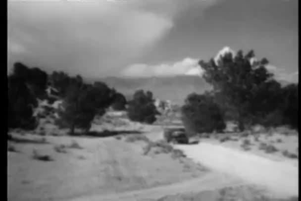 pick-upům svištět po venkovské silnici