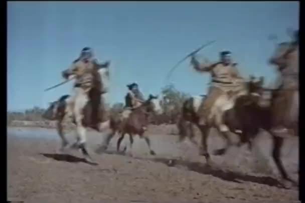 američtí indiáni na koni tryskem podél řeky