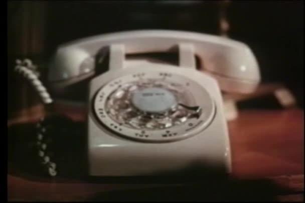 detail otočného telefonu na stole