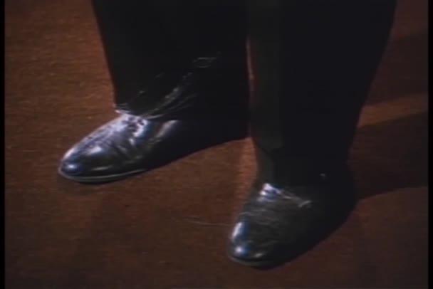 primo piano del piede graffiare il tallone di altro piede