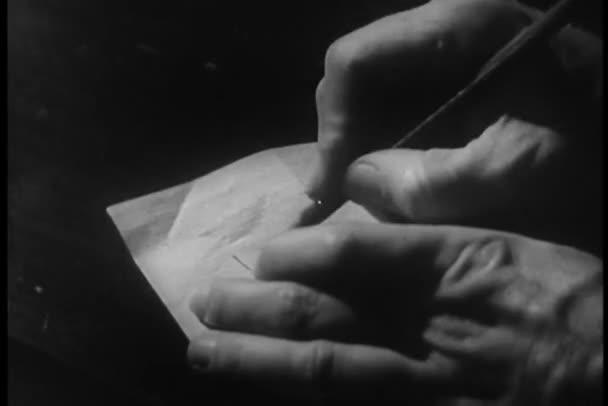 Ruka psaní na zadní straně šeku