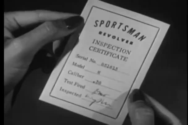 Detail ženské ruce revolver certifikátu