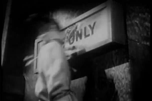 vázaných muž lámání hasicí box s nohou