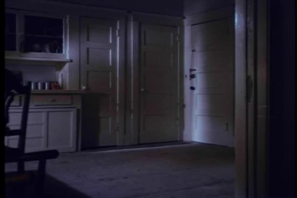 široký záběr z dveří kuchyně létající otevřené