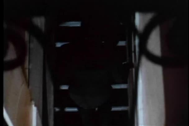 zadní pohled na člověka žene po schodišti v budově