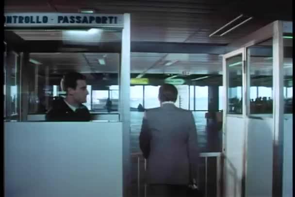 muž šel přes celnici na letišti