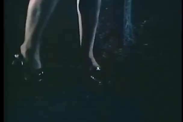 detail nohy žena jako ona čeká kolem v noci