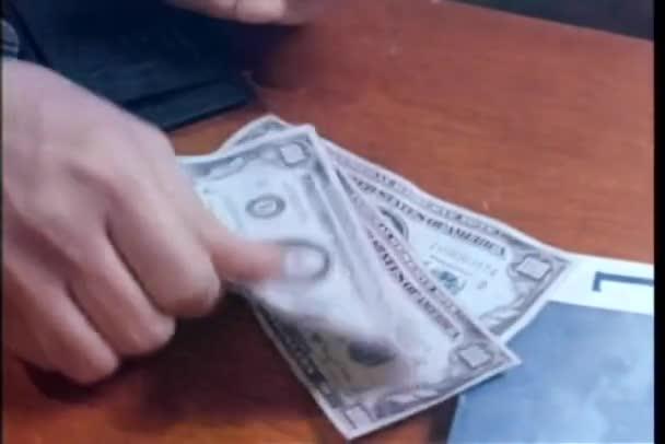 Detail člověka počítání pět sto dolarové bankovky