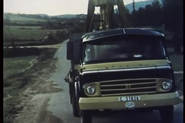 camion trasporto grande campana guida lungo la strada