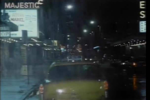 taxi jízdy přes new york city ulici na deštivé noci